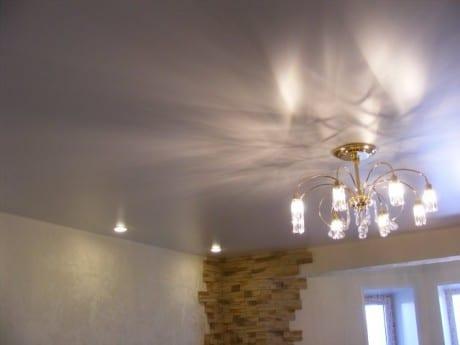 Светлый глянцевый потолок