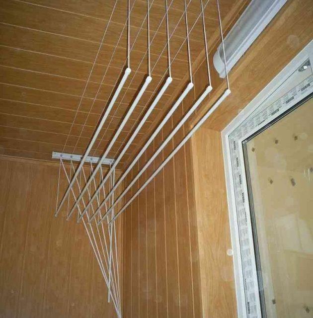 Положение перекладин зафиксировано веревками на стене