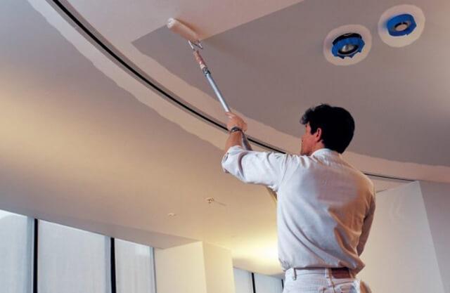 как выбрать краску для потолка в квартире