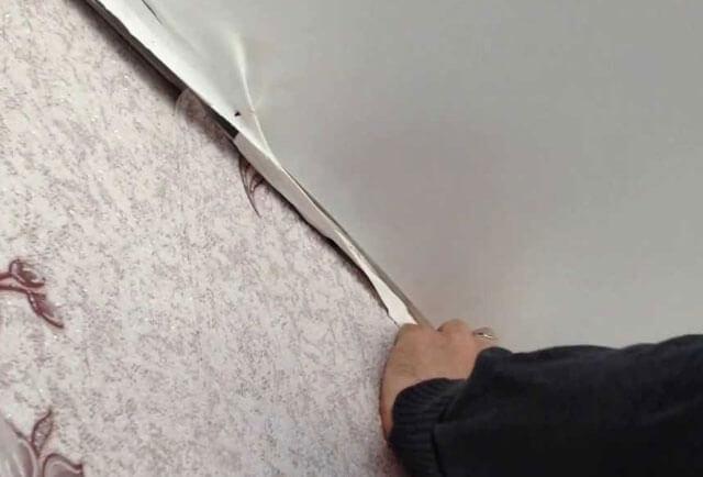 как отогнуть натяжной потолок