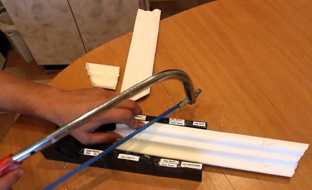 как обрезать потолочный плинтус без стусла