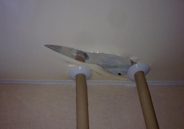 как починить натяжной потолок если он порвался