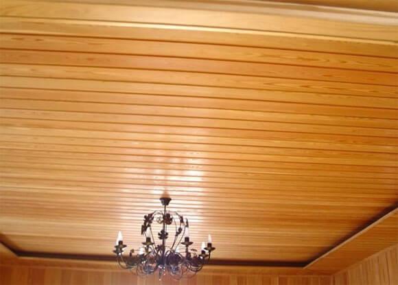 потолок из дерева в квартире преимущества