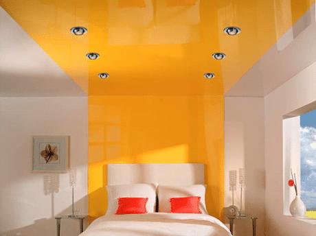 Желтый потолок для спальни