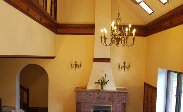 деревянный плинтус на потолок