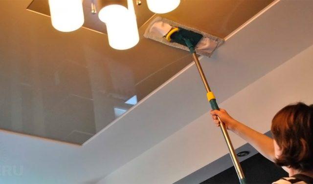 Мытье натяжного потолка шваброй