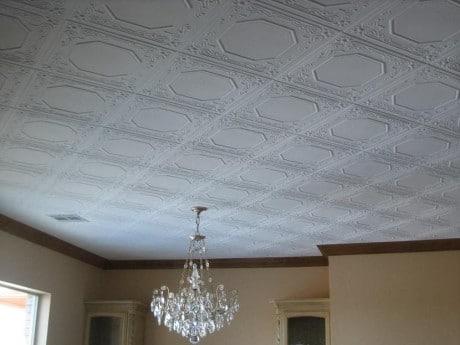 Потолок, оклеенный пенопластовыми плитками