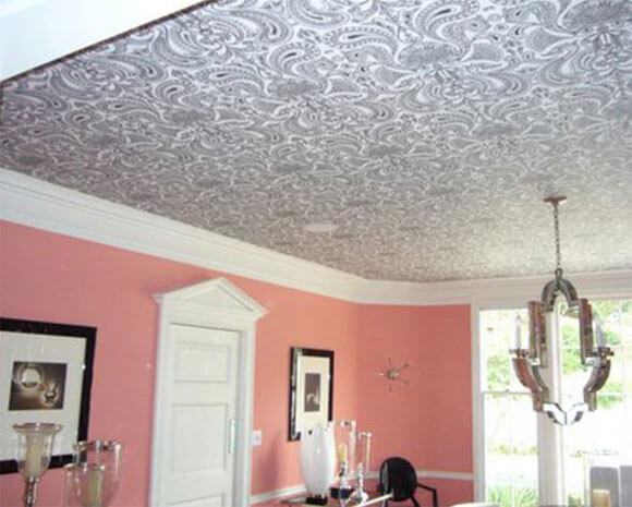 поклейка флизелина на потолок