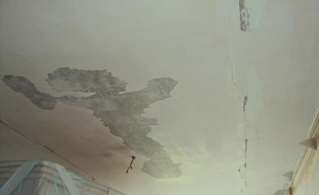 как убрать старую побелку с потолка