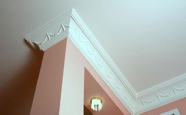как наклеить плинтуса на потолок