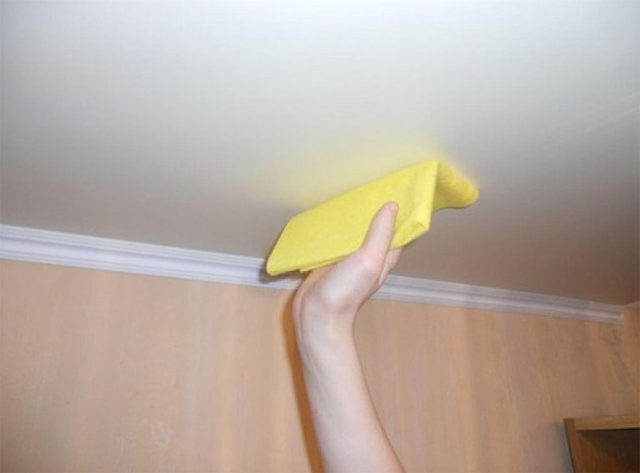 Мытье сатинового потолка
