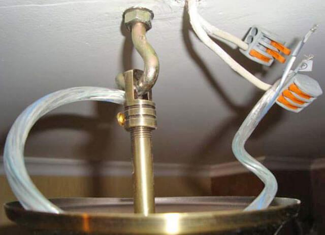 как повешать люстру к потолку