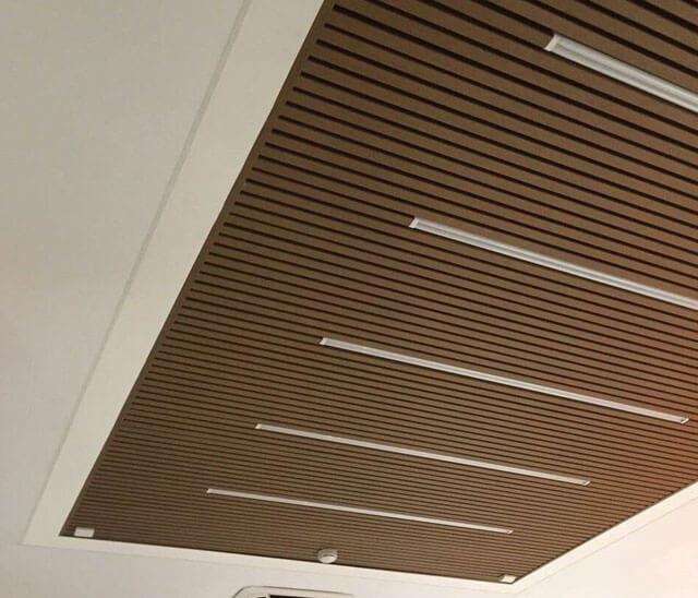подвесной реечный деревянный потолок