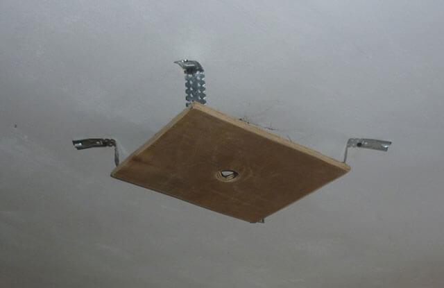 как вешать люстру на потолок
