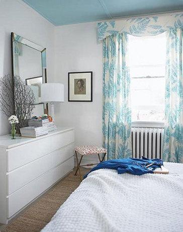 Голубой потолок в спальне