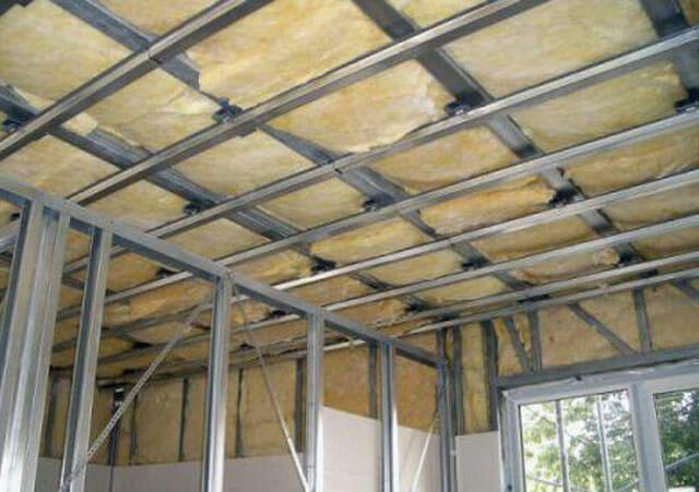 как уложить утеплитель на потолок