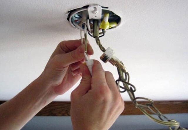 как вешать люстру к потолку без крюка