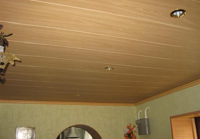 как подшить потолок в доме доской