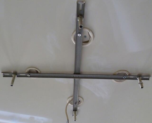 как закрепить люстру на натяжной потолок