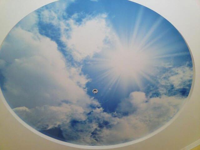 обои на потолок облака