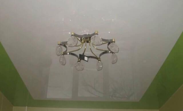 двухцветный натяжной потолок на кухне