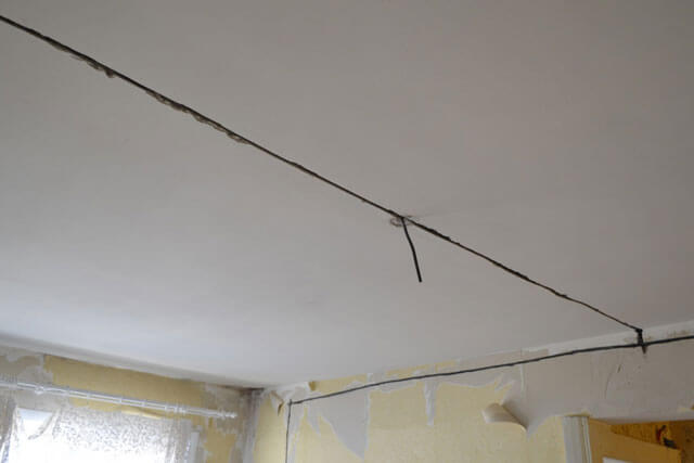 электропроводка под натяжным потолком