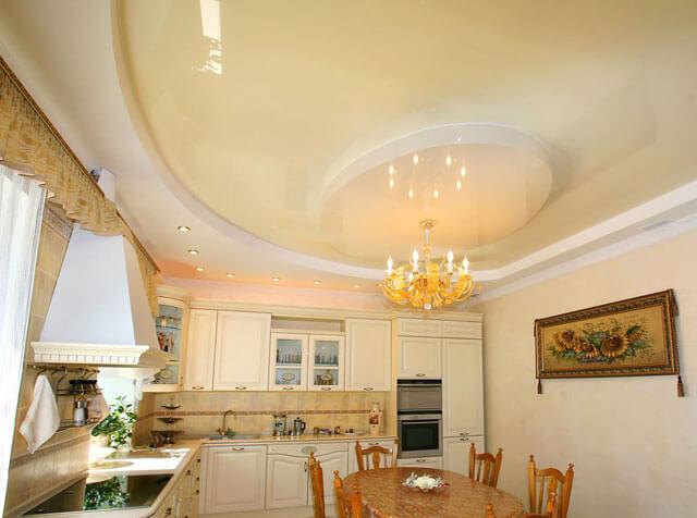 натяжной потолок на кухне с точечными светильниками и люстрой