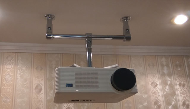 монтаж проектора на потолок