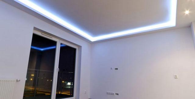 подсветка в потолке деревянном