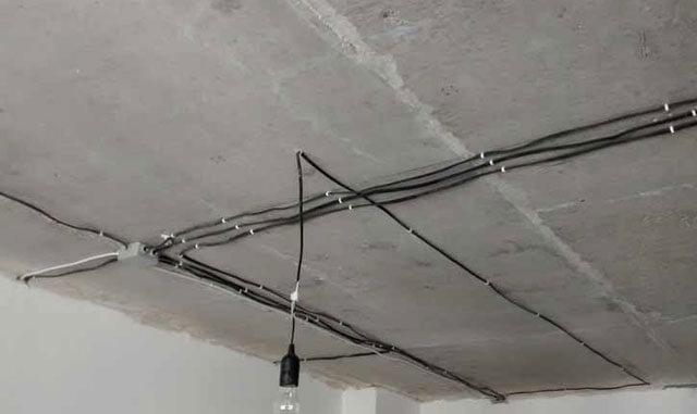 крепление проводки к потолку