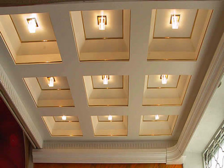 потолок из гипсокартона со встроенной системой освещения