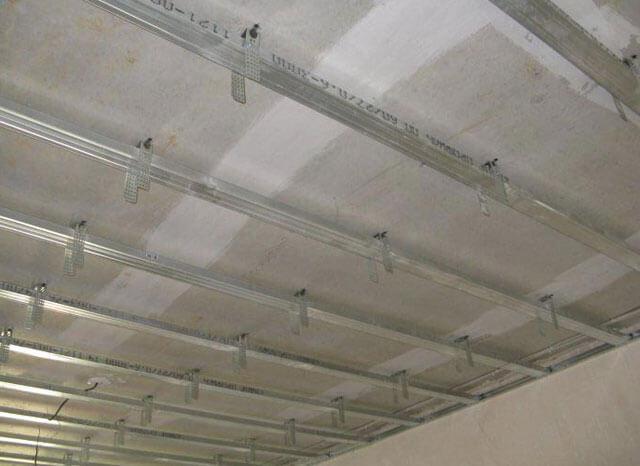 укладка гипсокартона на потолок
