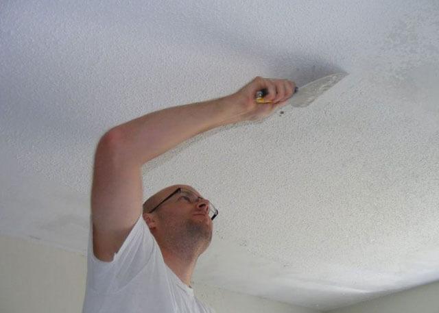 снять побелку с потолка