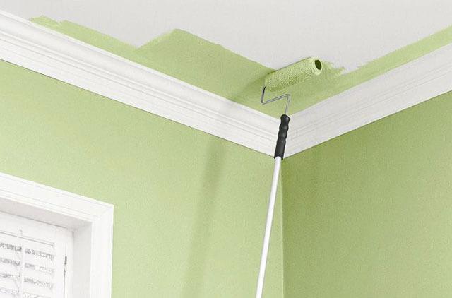 чем лучше красить потолок