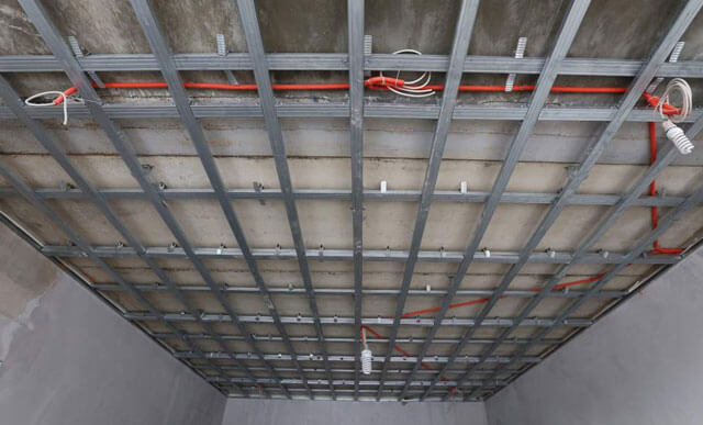 прокладка электропроводки по потолку