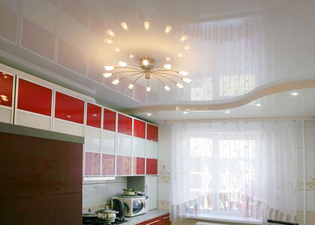 споты на кухне натяжной потолок и люстра