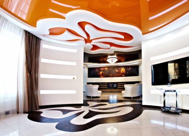 Бело-оранжевый потолок