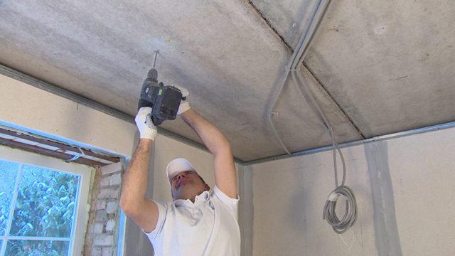 Бурение отверстия перфоратором в бетонной плите