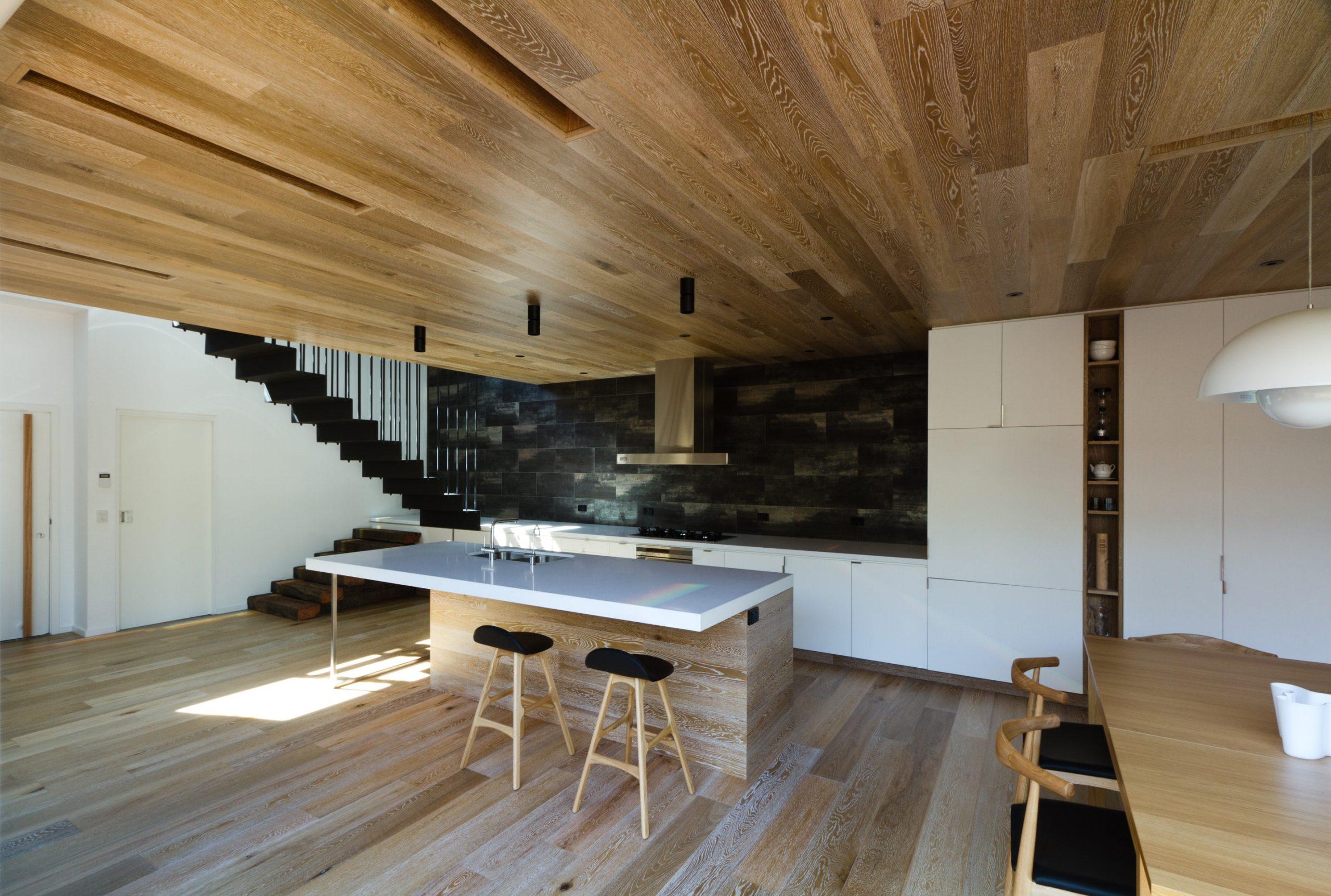 Дизайнерский потолок в интерьере кухни