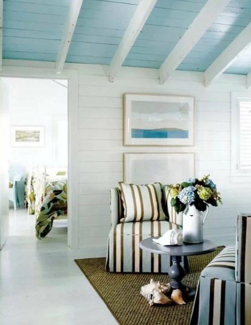 Голубой крашеный потолок