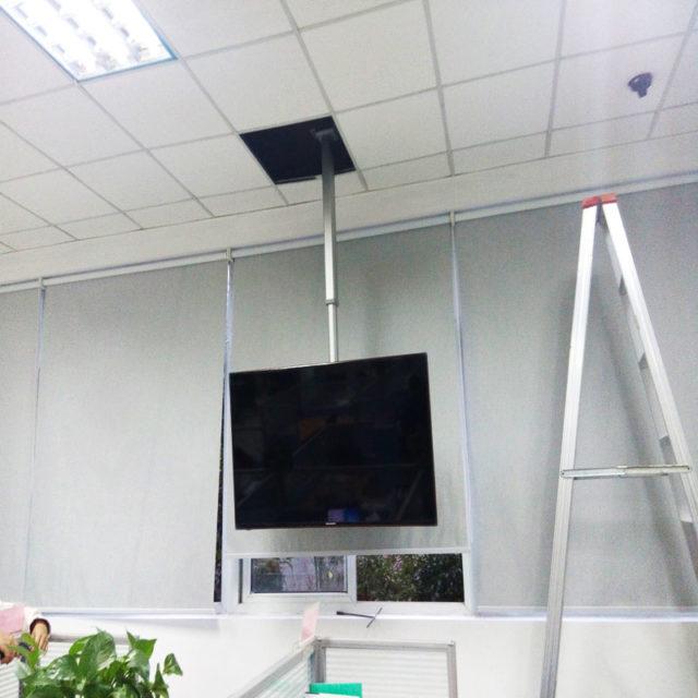 Кронштейн крепится к перекрытию через подвесной потолок