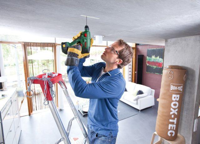 Сверление отверстия в потолке