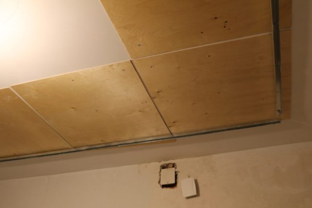 Листы фанеры на потолке