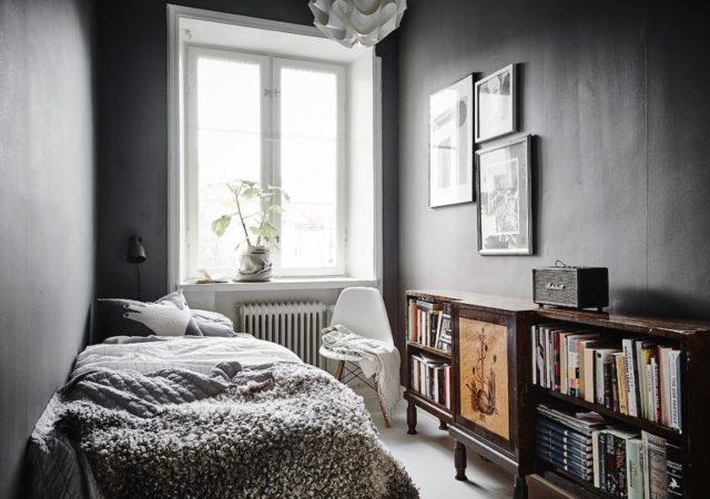Маленькая комната с темным интерьером