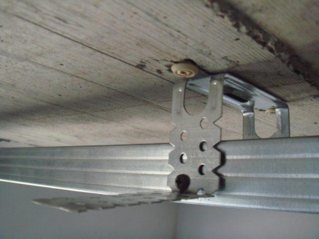 Крепление профиля к потолку с помощью металлических подвесов