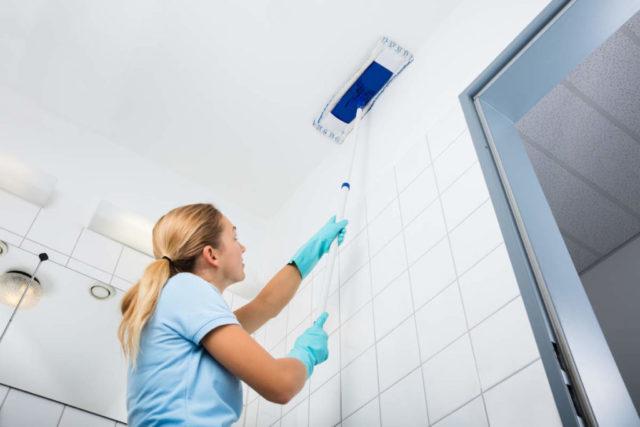 Мытье потолка шваброй в ванной