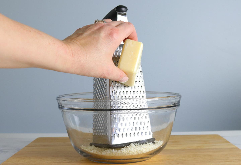 Натереть хозяйственное мыло на терке