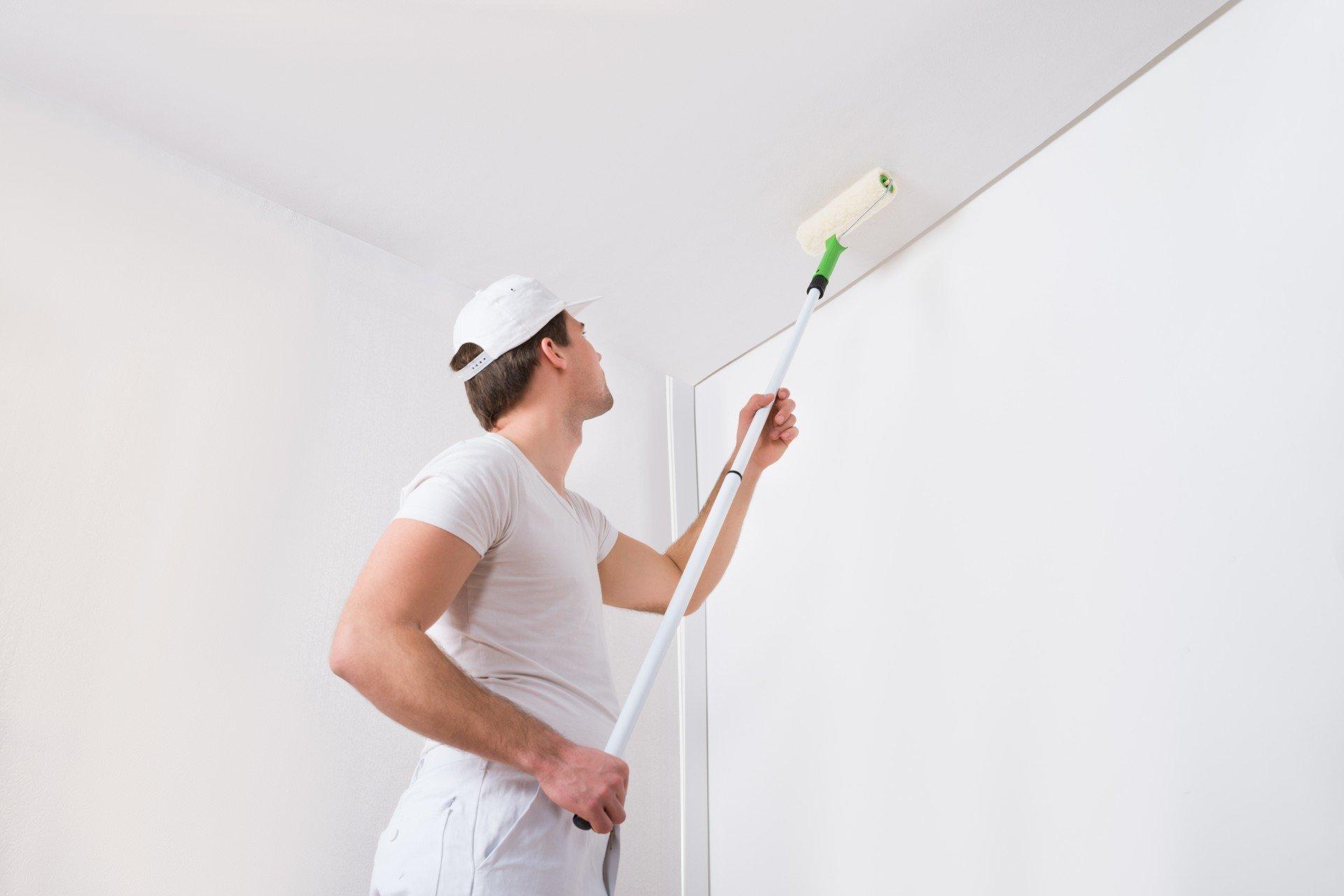 Покраска в хорошо освещенной комнате