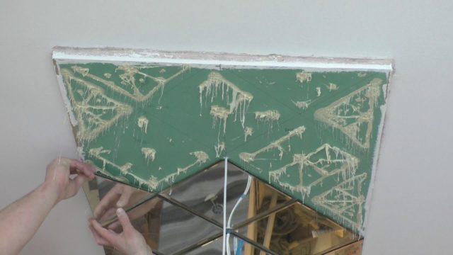 Приклеивание зеркальной плитки на потолок