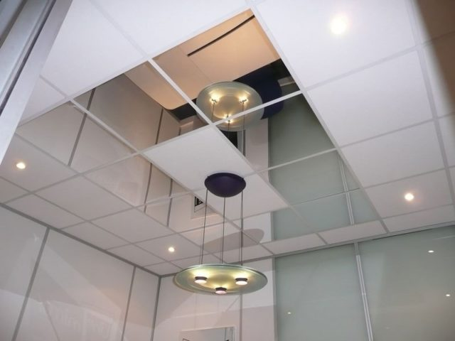 Сочетание зеркал с минеральными плитами
